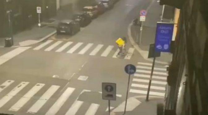 Rissa tra raider a Milano: cosa fanno al vostro cibo prima di portarvelo – VIDEO