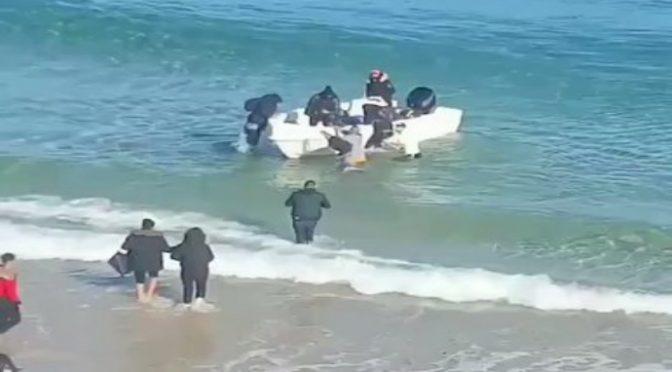 Decine di clandestini sbarcano in zona militare e fuggono: fuori controllo