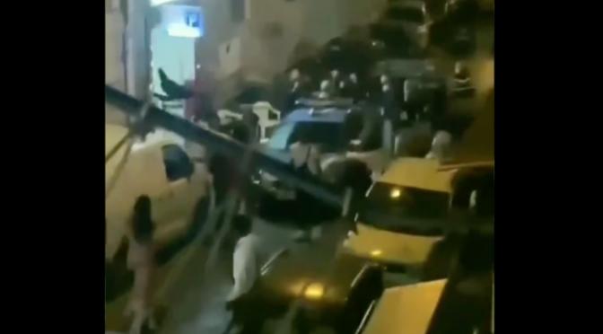 BRANCO AFRICANI ASSALTA AUTO POLIZIA: GUERRIGLIA A NAPOLI – VIDEO
