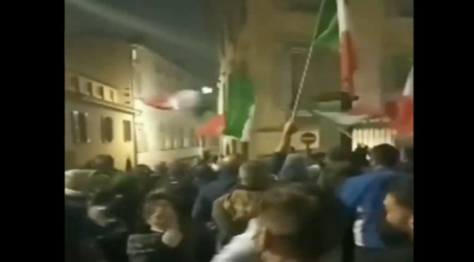 RIVOLTA CONTRO LOCKDOWN, CITTADINI BERGAMO ASSEDIANO CASA INDACO PD – VIDEO