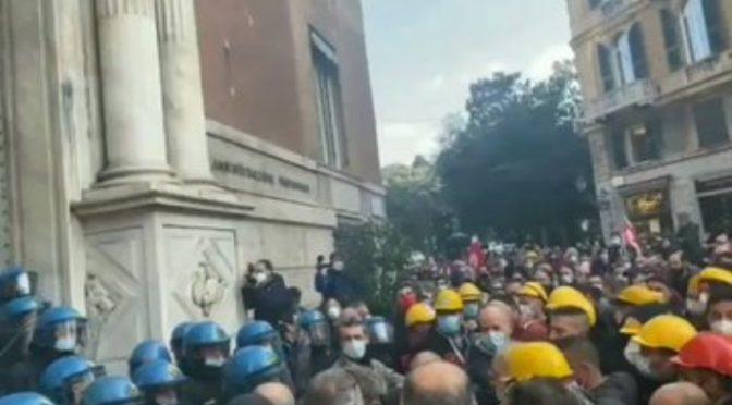 L'Italia si ribella: poliziotti si uniscono alla folla contro il governo – VIDEO