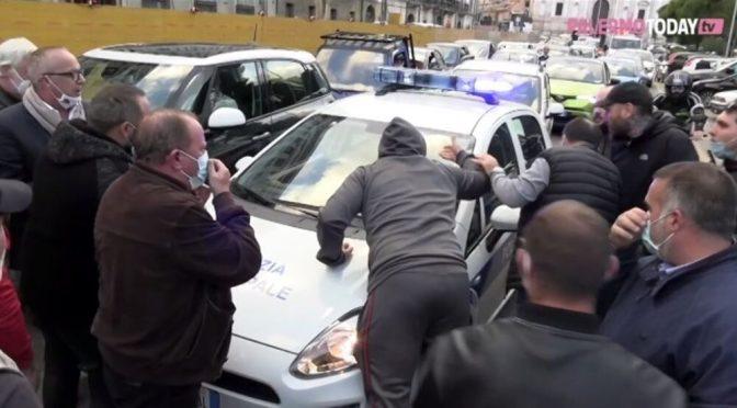 """""""Ci avete rotto il ca..o"""", la rivolta anti-lockdown a Palermo – VIDEO"""