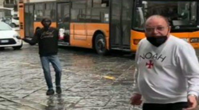 """Immigrato senza mascherina ci sfotte: """"Io faccio quello che voglio"""" – VIDEO"""