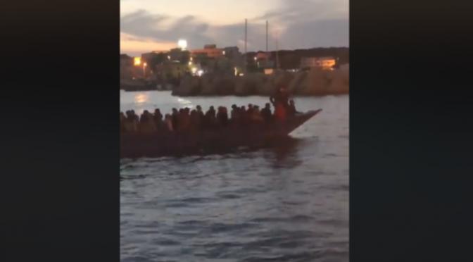 Sbarcano di notte e poi camminano fino al paese indisturbati – VIDEO