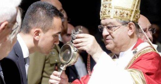 San Gennaro, il sangue non si scioglie ma il vescovo lo snobba
