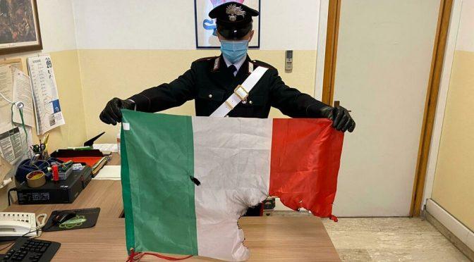 Pantelleria, sputa sul tricolore e aggredisce i carabinieri