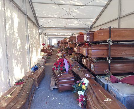 Cimiteri: 700 morti in attesa, bare in tensostruttura a Palermo mentre Orlando pensa ai clandestini