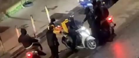 Gang rapina rider di 52 anni del suo scooter – VIDEO