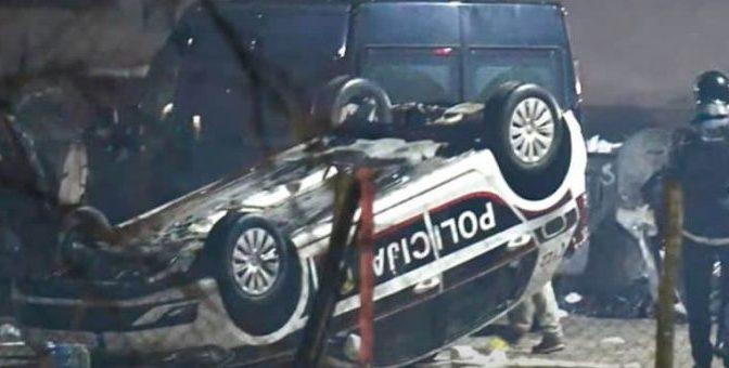 """MIGLIAIA DI IMMIGRATI IN RIVOLTA: AUTO POLIZIA ROVESCIATE AL GRIDO """"ALLAH AKBAR"""", DEVASTAZIONI E VIOLENZA – VIDEO"""