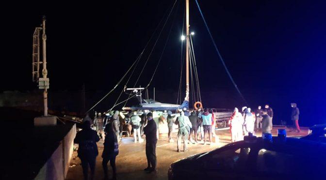 Barca a vela carica di musulmani approda in Calabria: subito in hotel