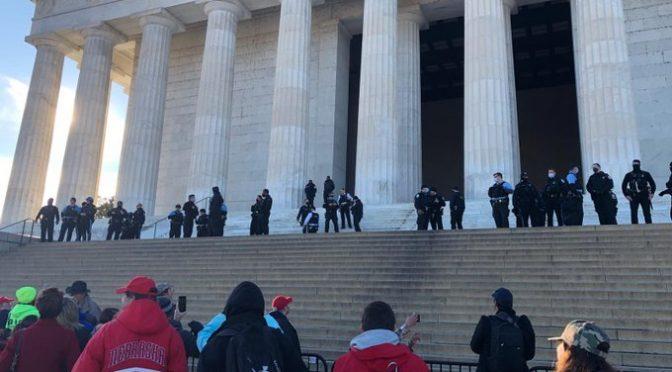 La protesta non si ferma, manifestanti al Lincoln Memorial: aggrediti da antifà