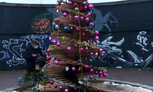 Albero di Natale incendiato a Milano da 'loro'
