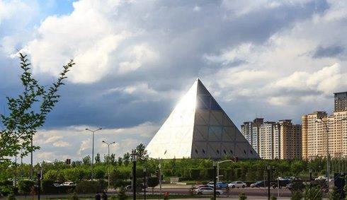 Bergoglio benedice il progetto sinecista di una religione globale: incontro nelle piramide massonica di Astana