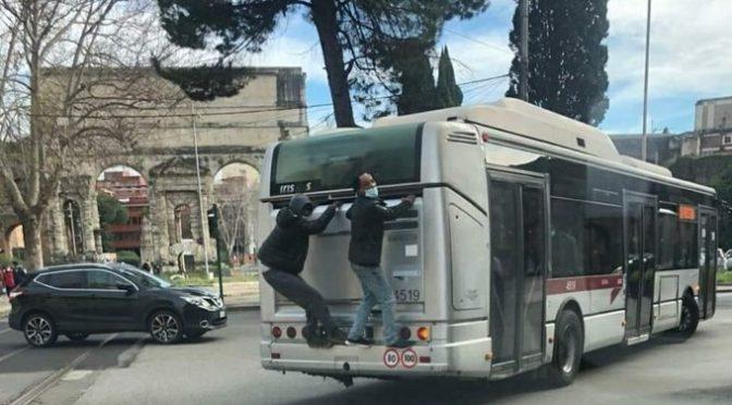 """Migrante vuole viaggiare gratis sul bus, controllore: """"Solo in Italia vi comportate male"""". PD: """"E' razzismo"""""""