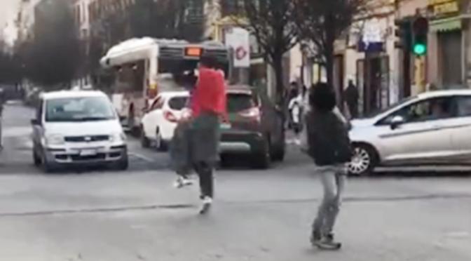 """Bloccano il traffico e assaltano autisti: """"Di qui non si passa"""", sinistra vieta di espellerli – VIDEO"""