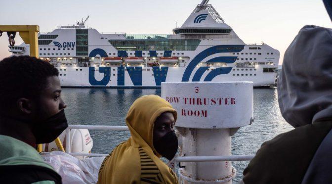 Scuole chiuse e porti aperti: centinaia scaricati in Italia dalla Sea Watch