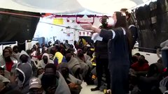 Ong tedesca annuncia sbarco in Italia, festa africana a bordo – VIDEO