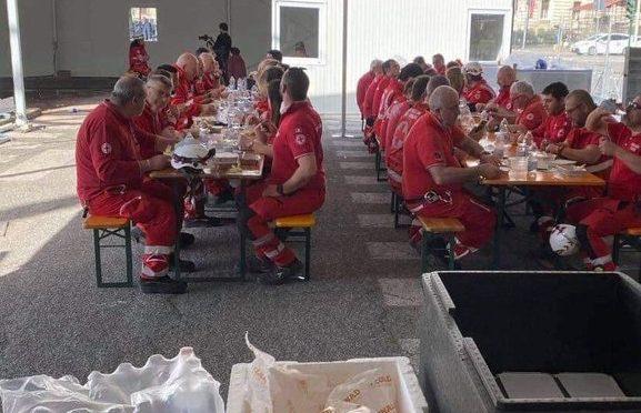 Ristorante Croce Rossa al centro di vaccinazione: tutti assembrati – FOTO