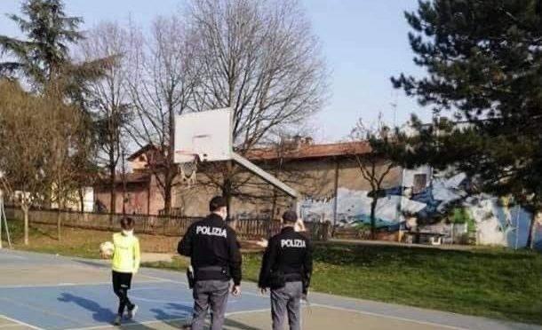 """Polizia 'arresta' bambino che gioca da solo in campetto: """"DPCM"""""""