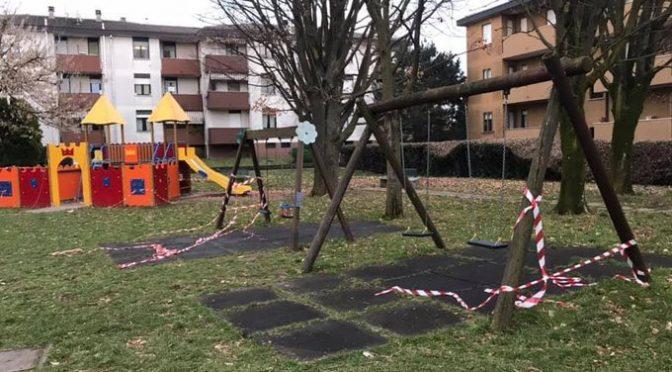 Bambine ribelli riaprono il parco giochi chiuso dai dittatori sanitari – FOTO