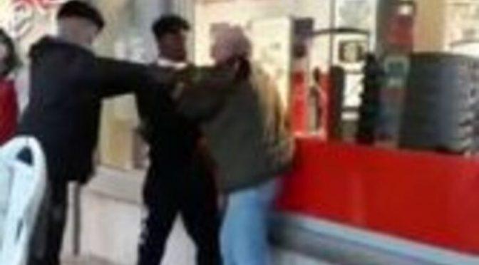 Anziano pestato da immigrati fuori dal supermercato – VIDEO