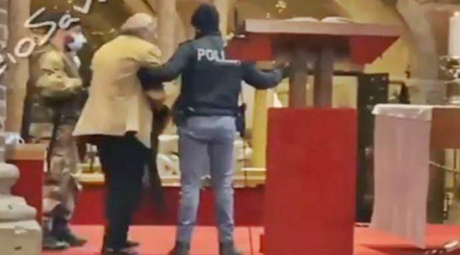 Polizia caccia i fedeli che si tolgono la mascherina per fare la Comunione