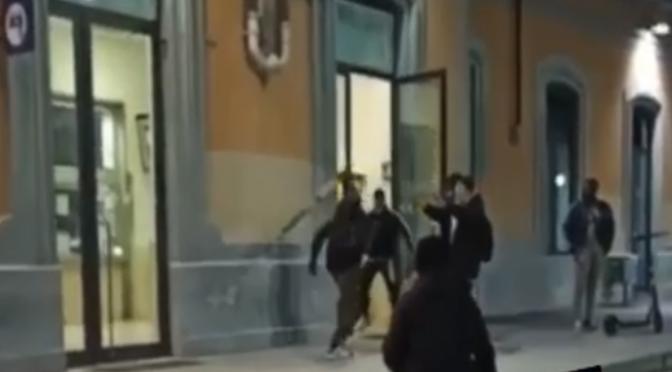 Armato di bastone assale donna incinta e chi la difende – VIDEO