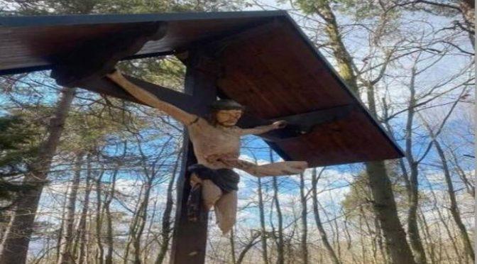 Sono tra noi: crocifisso fatto a pezzi e infilzato – FOTO