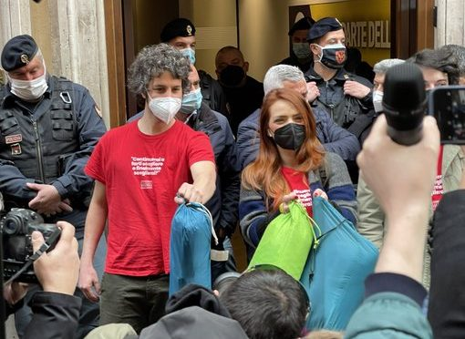 Bologna zona rossa ma la sardina Santori ha viaggiato fino a Roma: chi ha dato il permesso? Per lui non vale DPCM?