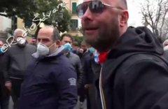 Cittadini esasperati a caccia di De Luca protetto dalla polizia – VIDEO