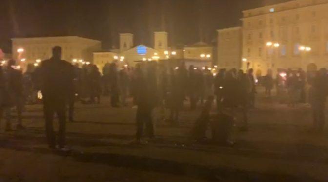 Poliziotti non obbediscono più a Lamorgese, ha perso il controllo: coprifuoco violato, tutti in marcia – VIDEO