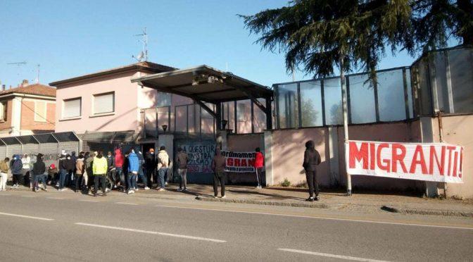 """Immigrati sobillati dalla sinistra bloccano il centro: """"Dovete trovarci lavoro"""""""