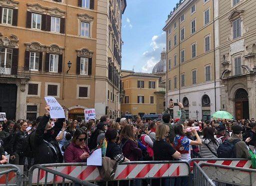 """Centinaia protestano davanti al Parlamento blindato: """"Libertà, Libertà"""" – VIDEO"""