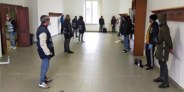 Fermati 15 clandestini che stavano andando in Francia: dovete fermarli quando entrano, non quando escono!