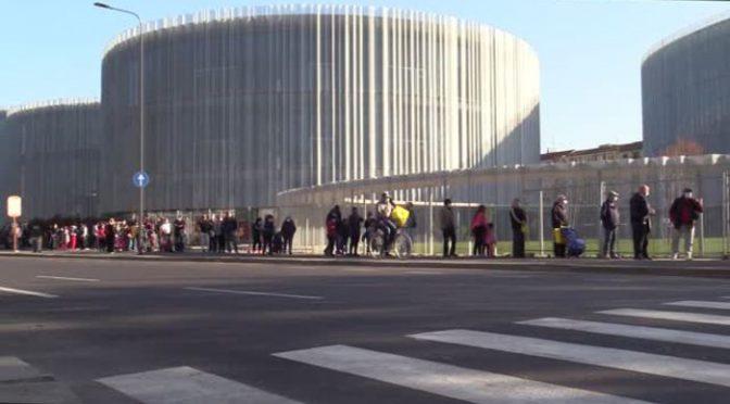 Milano: poveri italiani in coda per il cibo dietro agli immigrati – VIDEO