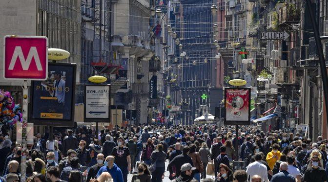 Liberi tutti, l'Italia è già zona bianca: esplode la movida a Roma e Napoli – FOTO