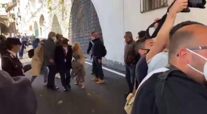 Folla contesta il sottosegretario grillino, riempito di uova fugge con la scorta – VIDEO