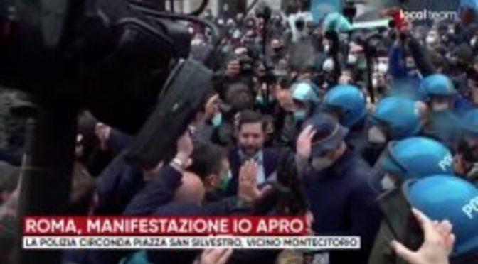 """PARLAMENTO SOTTO ASSEDIO, FOLLA AI POLIZIOTTI: """"LASCIATECI PASSARE"""" – VIDEO DIRETTA"""