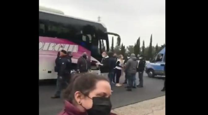 VERGOGNA: BUS CARICHI DI CITTADINI ITALIANI BLOCCATI IN AUTOSTRADA MENTRE VANNO A MANIFESTARE – VIDEO CHOC