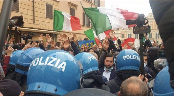 Bufala Morani, folla alza le braccia davanti ai poliziotti. LeI inventa 'saluto romano' – FOTO