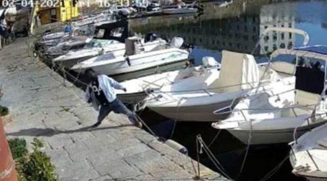 Immigrato vandalizza barche e cade in mare: lo salvano – VIDEO