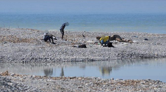 Gli immigrati prendono il sole sulle spiagge vietate agli italiani