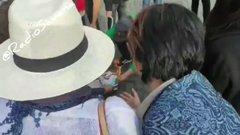 "Roma, folla brucia mascherina al grido ""libertà"" – VIDEO"