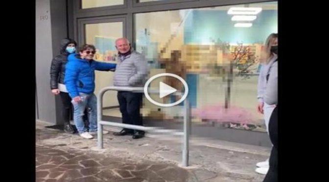 TRANS nudo devasta tre negozi e aggredisce le commesse – VIDEO
