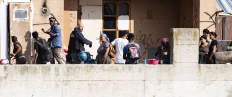 Gettato fuori morente da palazzo occupato da immigrati muore: scontri con la Polizia