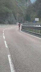 Risorsa corre nuda in strada a Trento – VIDEO