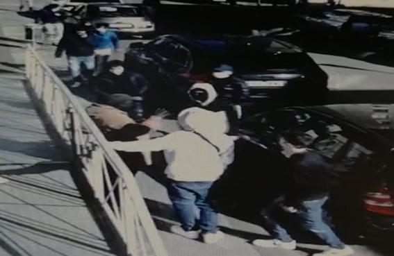 Africano prende a schiaffi ragazzino italiano, arrivano gli amici e lo gonfiano di botte: ricercati dai carabinieri