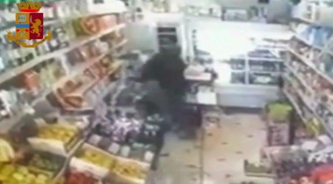 """Nigeriano massacra di botte commercianti: """"Io non pago"""" – VIDEO"""