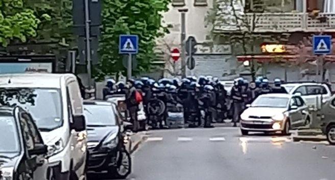 Polizia e carabinieri costretti ad intervenire con i blindati per sedare rivolta nel quartiere islamico