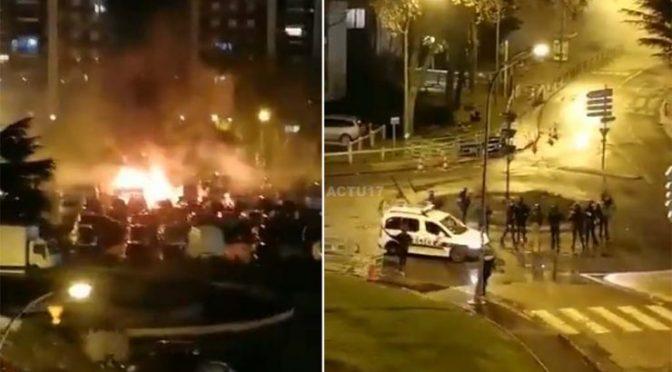 Guerriglia afroislamica: decine di 'giovani' attaccano polizia con bombe molotov – VIDEO